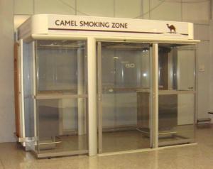 Μία από τις βιτρίνες καπνιστών στο αεροδρόμιο της Φρανκφούρτης